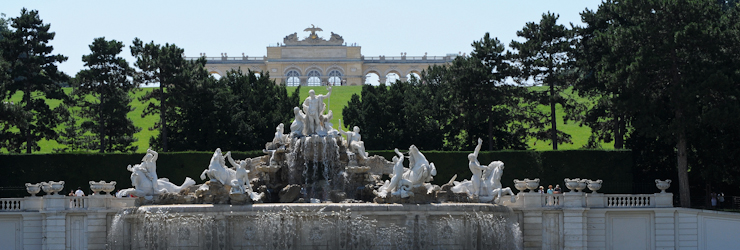 """Neptunbrunnen"" with ""Gloriette"" in the background / SCHLOSS SCHÖNBRUNN"